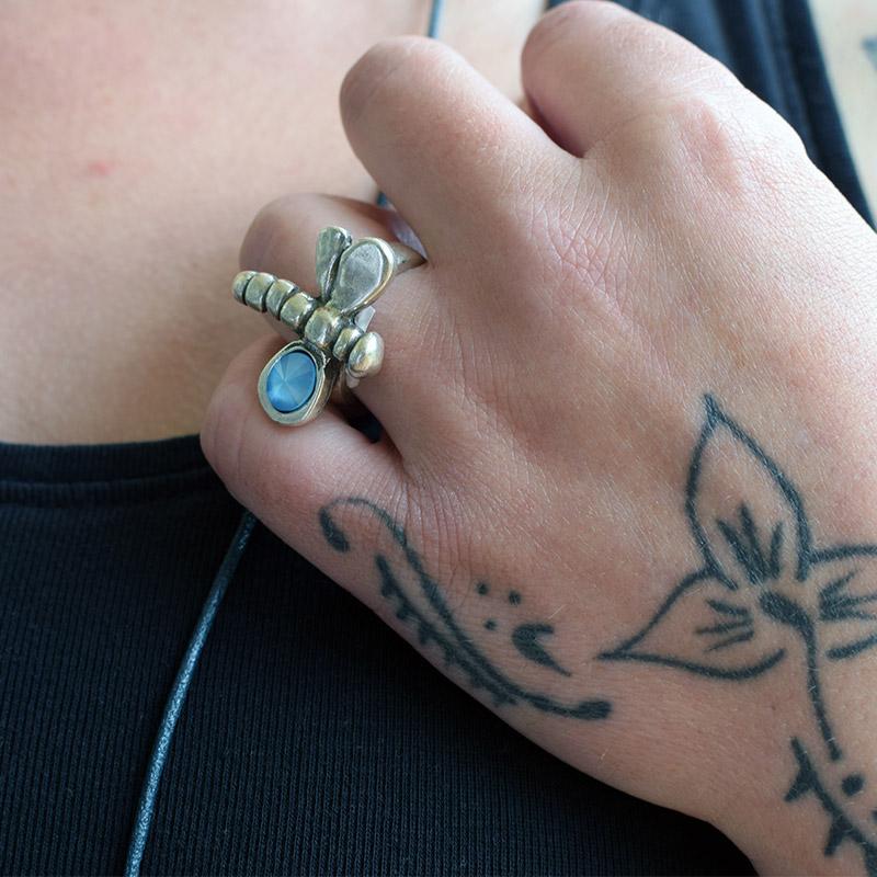 Anillo mini libélula. Regalo solidario.